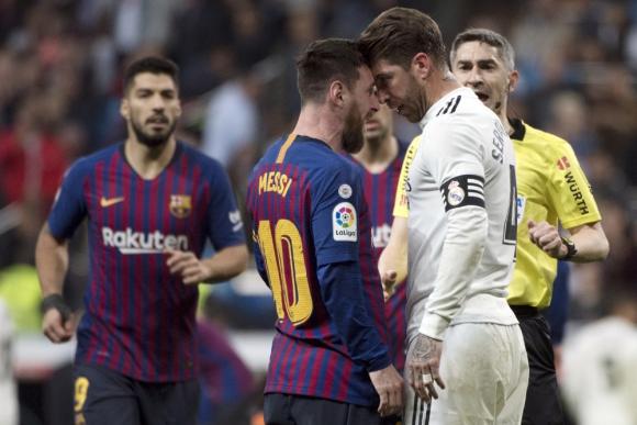 Una mano de Ramos sobre Messi arrancó el enfrentamiento entre los capitanes. Foto: AFP