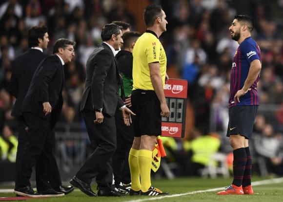 Duelo de miradas: Luis Suárez y el cuarto árbitro. Foto: AFP