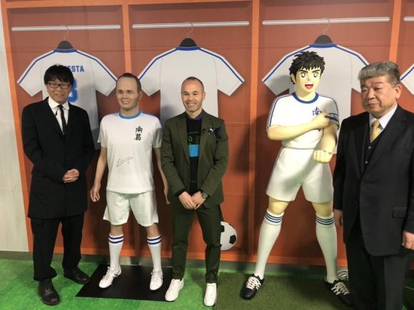 Andrés Iniesta y su doble en tamaño real. Fotos: @andresiniesta8