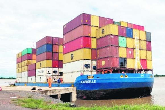 Uno de los numerosos barcos paraguayos portacontenedores que enlazan Asunción con Montevideo. Foto: El País.