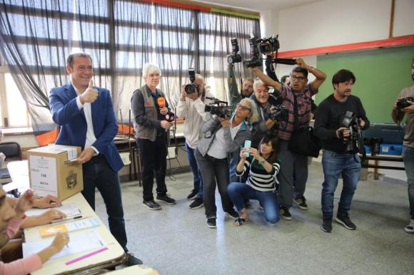 Omar Gutiérrez, gobernador de Neuquén reelecto ayer al votar; obtuvo el 38,4% de los votos, por lo cual seguirá en el cargo hasta 2023. Foto. La Nación/GDA.