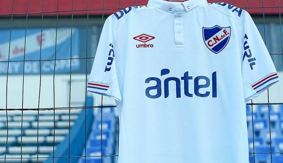 Así luce la camiseta oficial 2019 del Club Nacional de Football. Foto   UmbroUruguay e6f8c321cdf1f