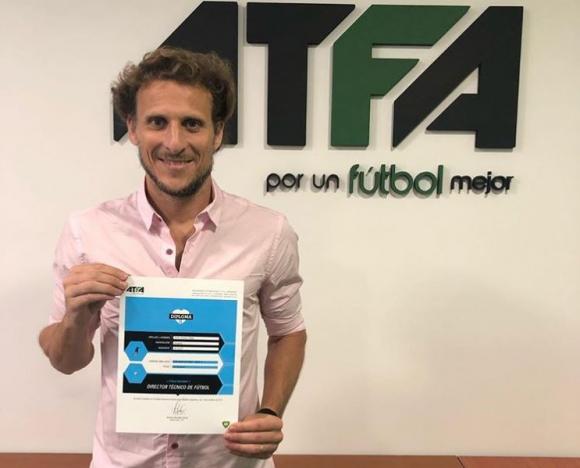 Diego Forlán con el diploma de director técnico