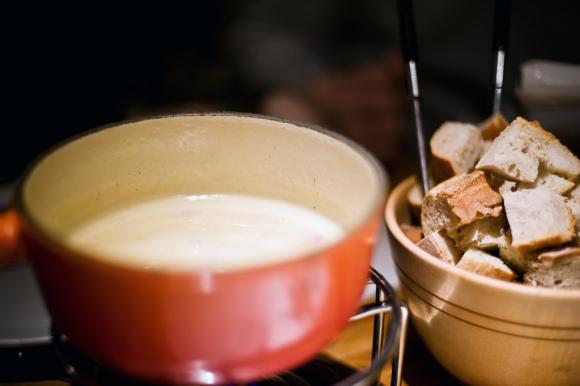 La fondue es ideal para compartir con amigos mientras se untan pan u otros alimentos en ella. Foto: Flickr