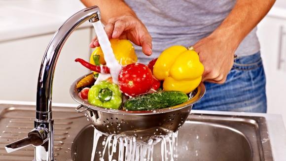 La OMS recomienda el consumo diario de frutas y verduras, pero advierte de amenazas por la mala higiene de esos alimentos. Foto: El País