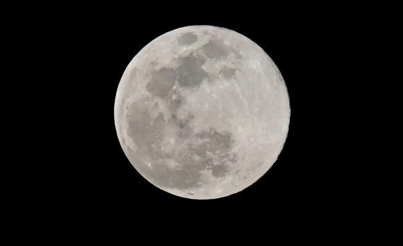 La luna vista desde Los Angeles. Foto: AFP.