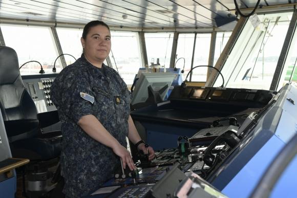Noelia Miraballes muestra su punto de trabajo en el puente de mando. Foto: Leonardo Mainé