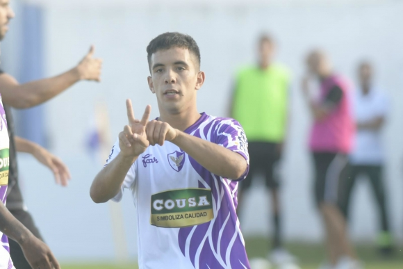 Leo Fernández celebra el segundo gol de Fénix ante Danubio. Foto: Marcelo Bonjour.
