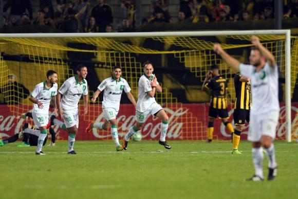 Racing y Peñarol en el CDS por la sexta fecha del Torneo Apertura. Fotos: Gerardo Pérez