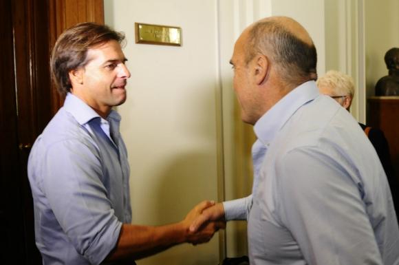 Luis Lacalle Pou junto con Daniel Martínez.  Foto: archivo El País