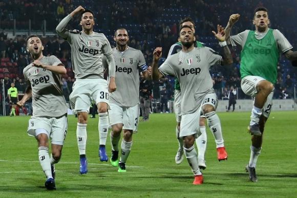 Rodrigo Bentancur festeja junto a sus compañeros el triunfo de Juventus. Foto: Reuters
