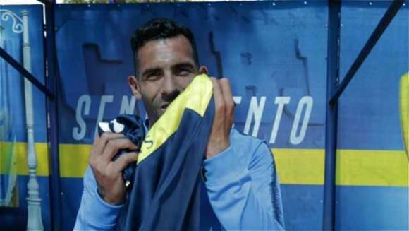 Carlos Tevez besando la camiseta de Boca