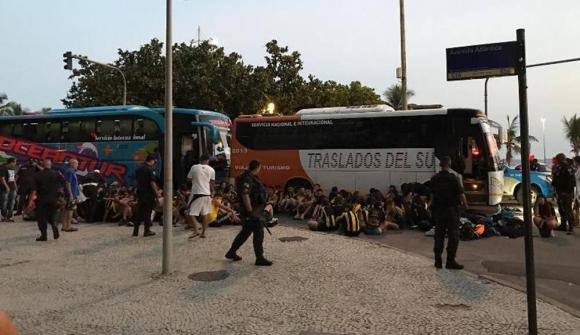 Los hinchas de Peñarol que fueron detenidos luego de los disturbios con los hinchas del Flamengo. Foto: Enrique Arrillaga