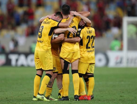 Los jugadores de Peñarol celebran el gol de Viatri a Flamengo. Foto: Reuters.