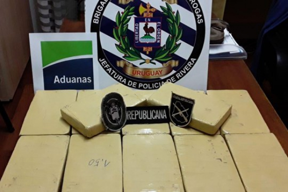 El exfuncionario policial trasladaba 12 ladrillos de cocaína. Foto: Ministerio del Interior.