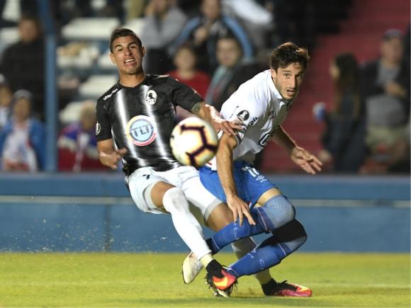 """Jugada. Viña levantó el centro con el que Bergessio, que fue felicitado por el """"Guti"""", marcó el único gol de Nacional."""