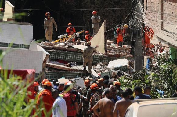 Bomberos trabajan en labores de búsqueda y rescate en Río de Janeiro. Foto: EFE