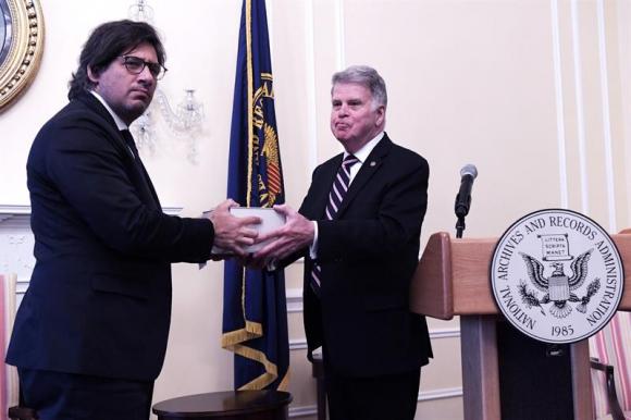 El ministro argentino de Justicia, Germán Garavano, recibe una caja con documentos históricos de manos del bibliotecario, David S. Ferriero (d), máxima autoridad en la conservación de archivos históricos en EE.UU. este viernes. Foto: EFE