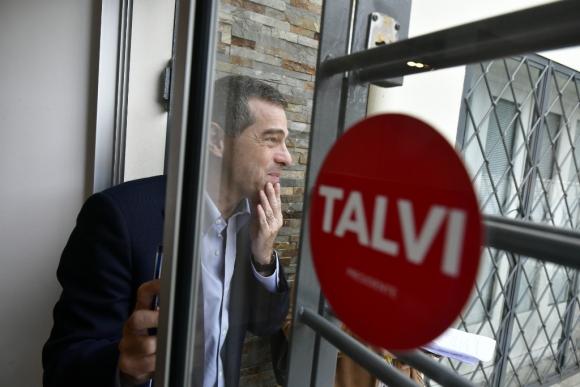 El aspirante a candidato por el Partido Colorado, Ernesto Talvi, observa el panorama desde la sede de su movimiento. Foto: Fernando Ponzetto
