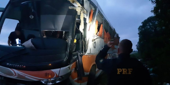 Ómnibus se acidentó con 40 pasajeros. Foto: Polícia Rodoviária Federal