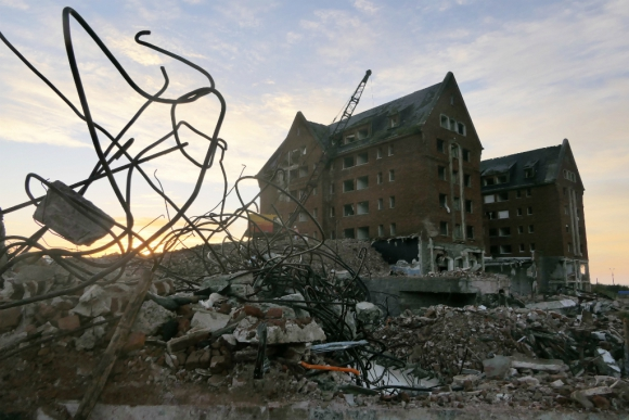 """Los obreros utilizaron las llamadas """"bolas de demolición"""" para destruir la estructura. Foto: Ricardo Figueredo"""