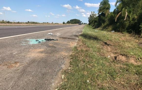 En el kilómetro 441 de la ruta BR 116 quedan elementos testimoniales del vuelco del ómnibnus que se produjo a las 2.00 de la madrugada del domingo. Foto: Luiza La-Rocca, RBS TV