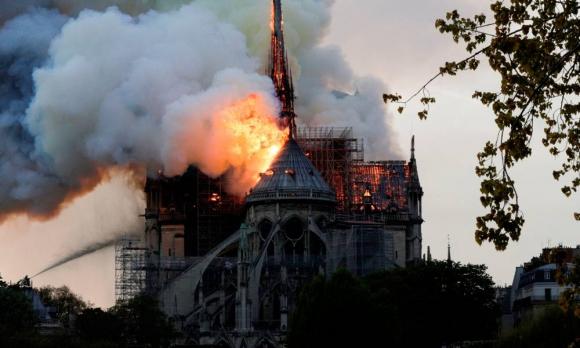La catedral de Notre Dame envuelta en llamas. Foto: AFP