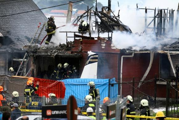 Los bomberos en el lugar del accidente. Foto: AFP