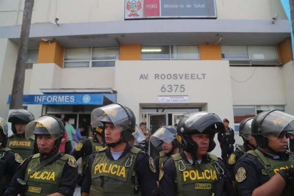 Policías resguardan el hospital Casimiro Ulloa. Foto: EFE