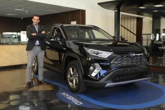 Alfonso Bosch, gerente de ventas de AYAX junto a las RAV4 Hybrid.
