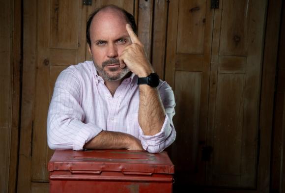 Ignacio Álvarez. Foto: Julmart Bueno. Agradecimientos: Casa Rey Antigüedades, Corte electoral y Cute Cut.