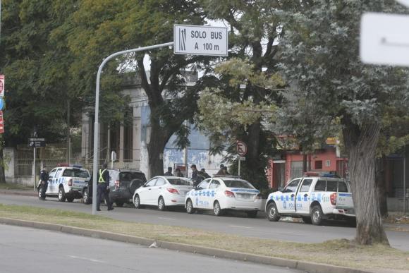 La Policía fue a desalojar a los sindicalistas en la planta de MontevideoGas. Foto: Marcelo Bonjour