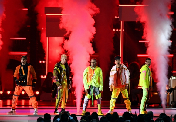 CNCO sobre el escenario del Mandalay Bay Events Center de Las Vegas. Foto: AFP