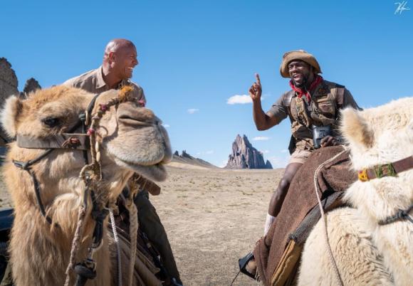 Dwayne Johnson y Kevin Hart montando en camello en la filmación de la tercera parte de Jumanji. Foto: Instagram Kevin Hart