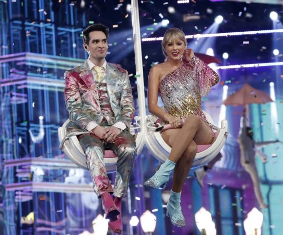 """Taylor Swift y Brendon Urie fueron los encargados de abrir la ceremonia, interpretando """"Me!"""". Foto: AFP"""