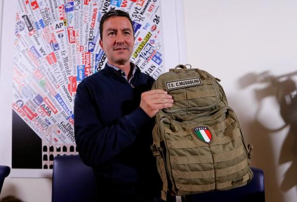 Una pesada mochila para un descendiente de Mussolini. Foto: Reuters