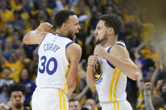 Klay Thompson y Stephen Curry celebran el triunfo