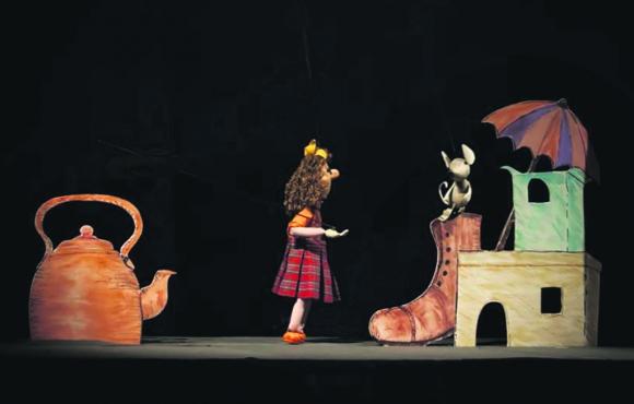 """""""La madre de todos los animales"""", una de las tantas obras de teatro con la técnica """"títeres de mesa"""" que realiza la Compañía Cachiporra. Foto: El País"""