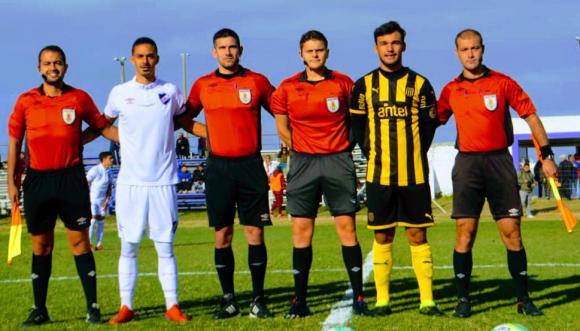 Capitanes y árbitros del duelo clásico de Tercera División. Foto: M. Carballo.
