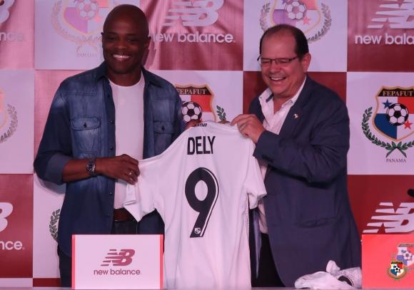 Julio César Dely Valdés en la presentación de la camiseta de Panamá. Foto: @fepafut