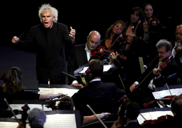 Simon Rattle dirigiendo la Orquesta Sinfónica de Londres. Foto Getty Images.