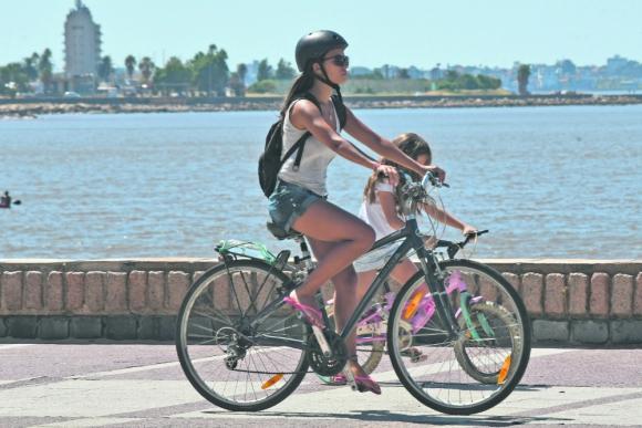 El proyecto de decreto a estudio de la Junta establece que en sitios como la rambla solo se podrá circular en bicicleta o monopatín por donde hay bicisenda. Foto: Francisco Flores.