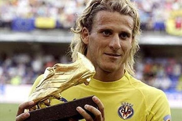 Diego Forlán con su primera Bota de Oro obtenida en Villarreal.