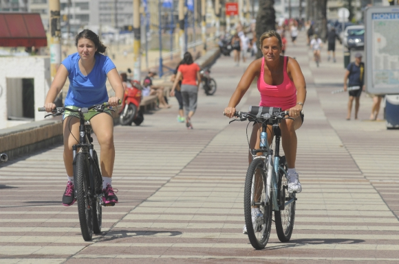 La IMM pretende que bicicletas y monopatines vayan por la calle, junto a los autos. Foto: Darwin Borrelli