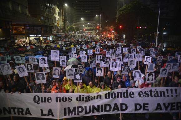 La lluvia no evitó que los familiares desplegaran su ya tradicional marcha por la principal avenida. Foto: Gerardo Pérez