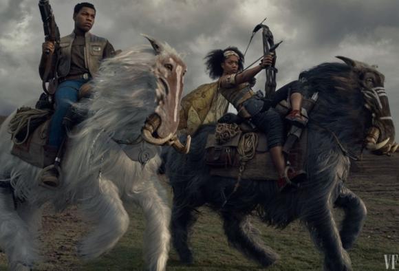 Finn (John Boyega) junto a una nueva aliada, Jannah (Naomi Ackie) luchando contra la Primera Orden