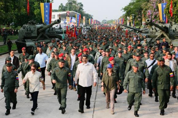 """Maduro, su esposa y los mandos militares encabezando la """"Marcha por la lealtad"""" en honor a Chávez. Foto: AFP"""