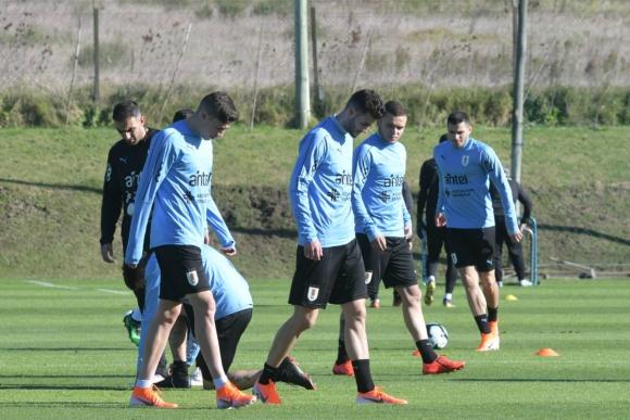 Jugadores de Uruguay entrenan en el Complejo Celeste. Foto: Francisco Flores.