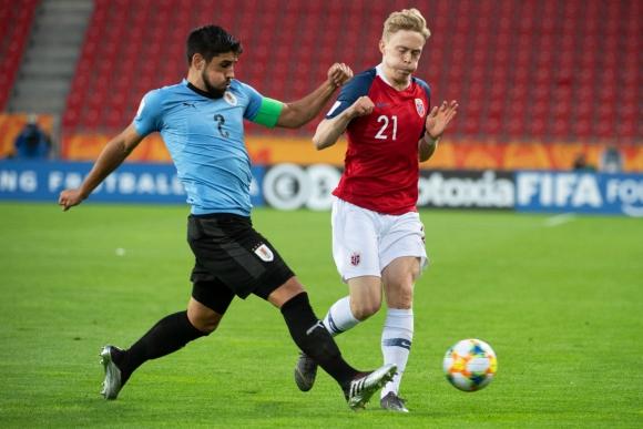 Bruno Méndez en el partido Uruguay-Noruega. Foto: Efe.