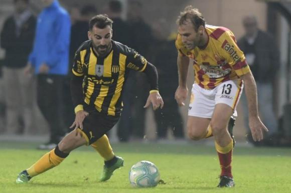 Rodrigo Rojo y Mathías Riquero disputan la pelota en el mediocampo. Foto: Marcelo Bonjour.